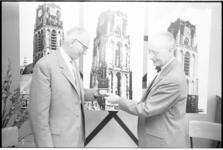 304820-29 Uitreiking van de Leuvepenning aan architect J. Poot (links) voor zijn leidinggeven aan de restauratie van de ...