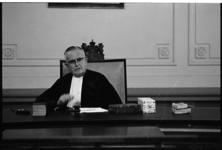 304858 Portret van politierechter mr. A. Heynsius gaat op 27-06-1966 in verband met het bereiken van de ...