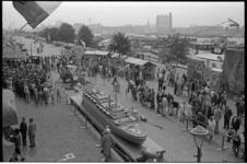 304886-3 Feest in en voor het Hulstkampgebouw op het Noordereiland. Op de Maaskade kraampjes met oude ambachten? en een ...