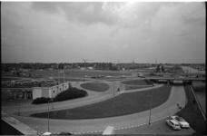 304962-11 Zicht op het Kleinpolderplein net vooraf aan de grote uitbreiding ervan. Links op de voorgrond een Fina ...