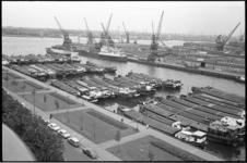 304968-32 Zicht vanaf de brug van de Euromast op de Nieuwe Maas, de binnenvaartschepen in de Parkhaven, de ...