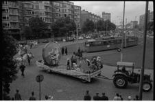 304986-80 Optocht met praalwagens, paarden en olifanten op de Mariniersweg en de Goudsesingel.