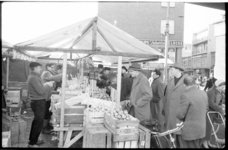 3050-4 Fruitverkopers in hun kraam op de Binnenrotte, links de Hoogstraat.