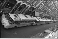 305035-38 Een rij autobussen in de Zwaanshals ter hoogte van nummer 266 (filiaal P. de Gruyter) in verband met een ...