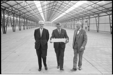 305053-35 Burgemeester Wim Thomassen met links wethouder J.U. Schilthuis en rechts ir. J. A. C. Tillema in het ...