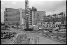 305085-16 De bouw van de liftschachten van de Medische Faculteit is begonnen. Op 07-02-1966 zijn de eerste drie van de ...