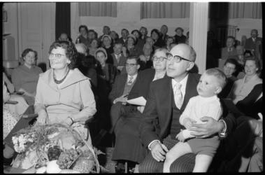 3051 Ds. P. Robbers tijdens zijn jubileumbijeenkomst in de Bergsingelkerk, met een kleuter op zijn knie.