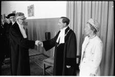 305109-28 De rector-magnificus van de Economische Hogeschool, prof. ir. T.J. Bezemer (links), draagt het rectoraat over ...