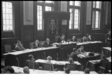 305151-42 Burgemeester W. Thomassen zit de raadsvergadering voor op het stadhuis.