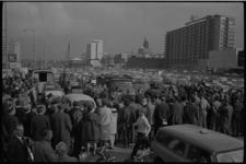 305163-34 Overzicht van de vele belangstellenden die toekijken rondom de plaats van de moord op het Kruisplein waar de ...