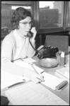 305207-11 Lia de Keizer op haar kantoor als perschef bij Unilever.
