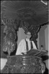 305226-15 Pastoor Gerhardus Anselmus van Kleef op de 18-eeuwse kansel van de oud-katholieke Paradijskerk aan de Nieuwe ...