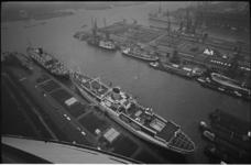 305295-7 Zicht vanaf de Euromast op de Nieuwe Maas, de Parkhaven met het schip van de Haven- en Vervoerschool Jan Backx ...