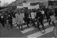305327-14 Protestdemonstratie van provo's nabij de Lijnbaan tegen het politieoptreden op oudejaarsavond. De ruim ...