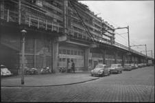 305350-14 De Vijverhofstraat op de hoek van de Zomerhofstraat met het spoorviaduct van de Hofpleinlijn en daarachter ...