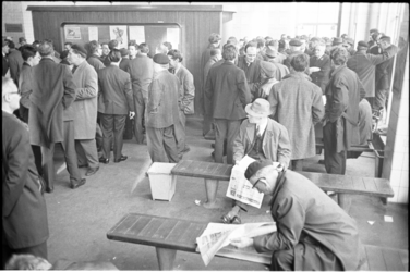 305372-13 Stakende schippers in de Schippersbeurs Rotterdam aan de Meent in het beursgebouw.