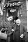 305393-34 Loco-burgemeester mej. mr. J. Zeelenberg op visite bij mevr. J. Leeuwenburg-Hordijk op haar 100ste ...