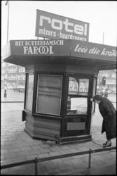 305396-17 Vrijstaand tijdschriftenkiosk op de Schieweg.