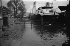 305568-27 Extreem hoogwater door de zware storm van een dag eerder op 23 februari 1967. Afgemeerde binnenvaartschepen ...