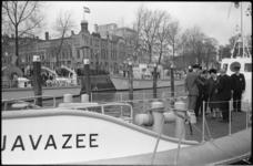 305578-2 Koningin Juliana stelt in de Veerhaven de nieuwe reddingsboot Javazee van de Zuid-Hollandsche Maatschappij tot ...