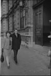 305588-23 Steye en Ansje van Brandenberg voor de ingang van de rechtbank op de Noordsingel.