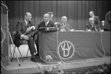 305608-30 Algemene vergadering van de VVD in de Mauritszaal van het Rijnhotel met op het podium links E.H. Toxopeus in ...