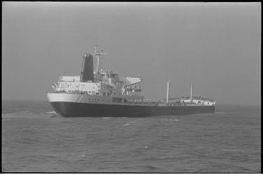 305637-37 Proef om met elektronische apparatuur de Shell-tanker Niso door de vaargeul in de mond van de Nieuwe Waterweg ...