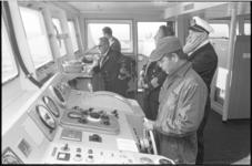 305641-17 Proef om met elektronische apparatuur de Shell-tanker Niso door de vaargeul in de mond van de Nieuwe Waterweg ...