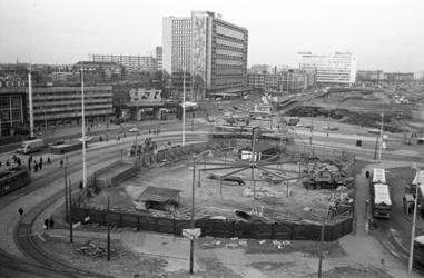 305669-39 Het Stationsplein vanaf het Groothandelsgebouw waar na de bouw van het metrostation Rotterdam Centraal ...