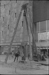 305692-22 Grondboring op de Coolsingel ter hoogte van de bioscoop Cineac rechts van de Bijenkorf.