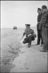 305728-6 Politieagenten onderzoeken aangespoelde olieresten op het strand van Hoek van Holland.