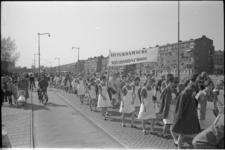 305751-12 Feestelijke optocht over de Gerdesiaweg door de leerlingen van de Rotterdamsche Huishoudschool vanwege haar ...