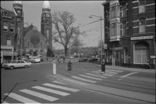 305754-36 Het kruispunt Boezemweg (rechts) met op de hoek het café de Boezembrug, links de Goudse Rijweg met op nr. 55 ...
