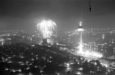 305778-36 Vuurwerk op koninginnedag op het Charloisse Hoofd gezien vanaf de Medische Faculteit. Overzicht op Het Park, ...