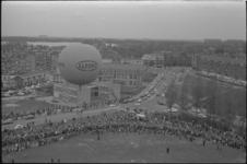 305788-32 Grote belangstelling voor de luchtballondemonstratie boven Kralingen op koninginnedag nabij de Taborstraat ...