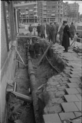 305797-38 Een groot gat in het trottoir vanwege een lek in een buis van de waterleiding op de hoek van de Hoogstraat en ...