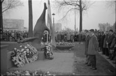 305808-7 Dodenherdenking bij het monument 'Gevallen Ruiter' op het Zuidplein ter hoogte van de Mijnsherenlaan. Op de ...