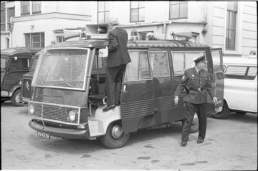 305823-43 Inspectie van de nieuwe rellenwagen voor de politie (waarschijnlijk) naast het politiebureau Eendrachtsplein.