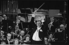 305842-30 Toon Hermans leidt het Rotterdams Philharmonisch Orkest ter gelegenheid van het eenjarig bestaan van de ...