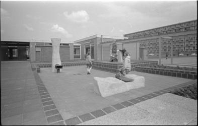 305864-38 Spelende kinderen op het schoolplein van de lagere school Jan Antonie Bijlooaan de Rodaristraat 31.