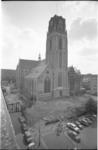 305868-7 Exterieur van de Grote of Sint-Laurenskerk vanuit het westen. Aan de voorkant, maar ook rondom de kerk, ligt ...
