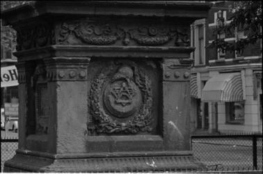 305874-11 Detail van de sokkel aan de westzijde van de gedenkzuil op het Burgemeester Hoffmanplein. De gedenkplaat op ...