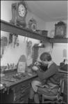 305886-22 Kijkje in de werkplaats van Kats & Koorengevel fa. uurwerkmakers in de Zwaerdecroonstraat op nr. 26.