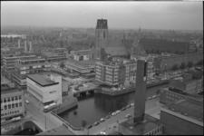 305897-20 Overzicht van de Grote of Sint-Laurenskerk en omgeving vanuit het zuidwesten. Op de voorgrond van links naar ...