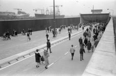 305909-14 Voetgangers wandelen in de noordelijke toerit tijdens een open dag van de nieuwe Beneluxtunnel. Links een ...