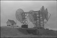 305934-30 Amerikaans radio-relaystation bovenop een Duitse bunker in de duinen van Hoek van Holland.