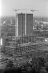 305943-24 Zicht vanaf de Euromast op de bouw van de Medische Faculteit. Links de Wytemaweg, op de voorgrond Het Park ...