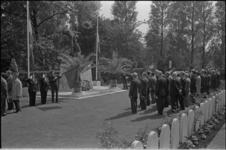 305976-8 Herdenking van gevallen militairen op de begraafplaats Crooswijk. Kransen liggen bij het monument 'De Vallende ...