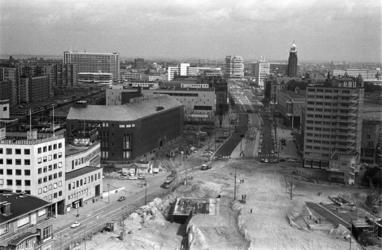 306001-34 De Coolsingel is gereed tot net voorbij het HBU-gebouw (rechts) en is weer beschikbaar voor het verkeer. ...