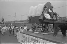 306017-13 Optocht met kinderen verkleed als Zuid-Afrikaanse? kolonisten met een huifkar op de Hilledijk in het kader ...